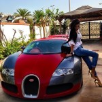 Laisseriez-vous cette femme s'asseoir sur votre Bugatti Veyron?