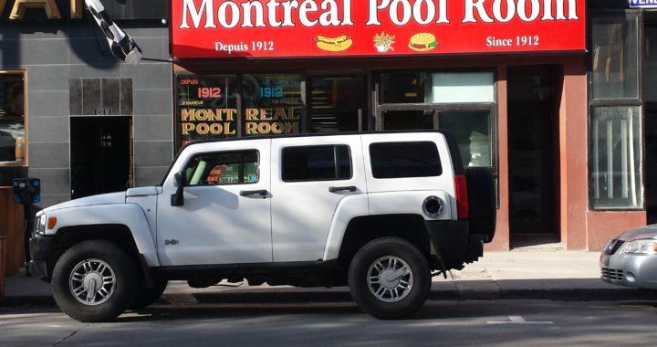 Un Hummer devant Montreal Pool Room à Montréal