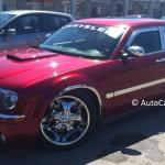 Rencontres inattendues: un Chrysler 300 C rouge éclatant