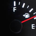 Une petite flèche sur la jauge à essence de votre voiture vous indique de quel côté faire le plein