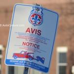 Panneau sur route: un interdit de stationnement pas mal protocolaire
