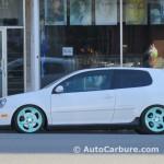 Rencontre inattendue d'un Volkswagen Golf GTI féminin