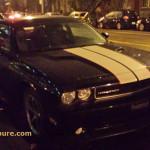 Rencontre inattendue d'un Dodge Challenger. très tôt un matin d'automne
