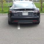 Une Tesla tout croche sur toute la ligne