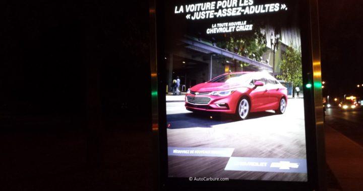 Publicité de Chevrolet Cruze sur un panneau interactif d'un abribus