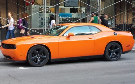 Dodge Challenger orange à Montréal