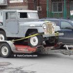 Un vieux Jeep sur une remorque à Montréal
