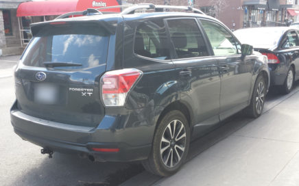 Subaru Forester qui aime les bordures de trottoir